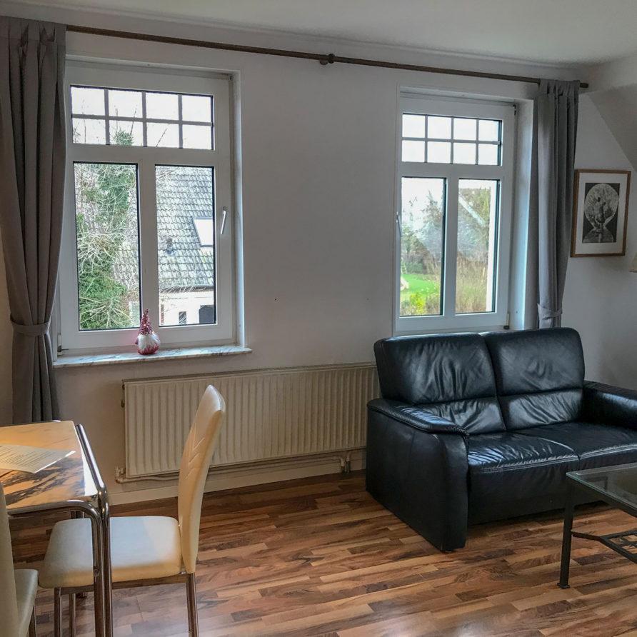 Wohnung 1: Sitzecke und Essecke im Wohnraum